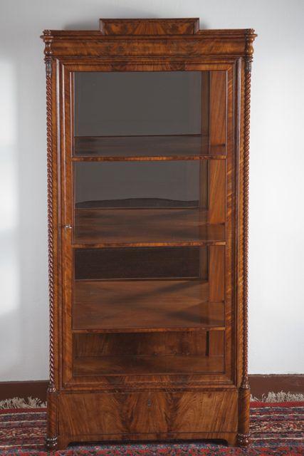 zierliche biedermeier vitrine deutsch um 1850 pyramiden mahagoni furniert dreiseitig verglast mit verspiegelter ruckwand schubfach im sockel